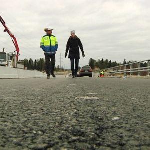 Oulujoen ylittävä Poikkimaantien silta on saanut asvalttipinnoitteen