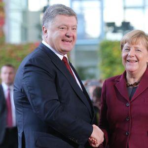 Ukrainan presidentti ja Saksan liittokansleri kättelevät.