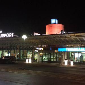 Tampere Pirkkalan lentoaseman terminaali 1 ulkoa.