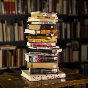 kirjoja pöydällä
