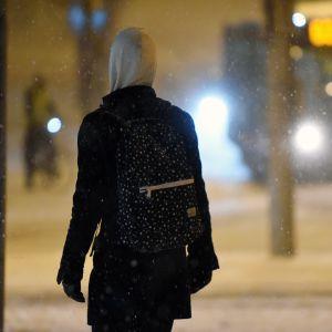 Nainen lumipyryssä