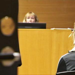 Koulusurmaepäilty oikeudenkäynnissä.