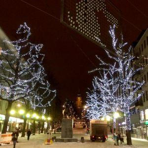 Mariankadun juuri asennettu valaistus on liian kirkas kyseiselle keskustan kadulle. Niitä saatetaan käyttää myöhemmin muualla.