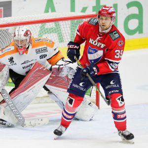 Kuvassa oleva Markus Ruusu torjui kaudella 2016-17 kaksi peliä KooKoon maalilla torjuntaprosentilla 96,5.