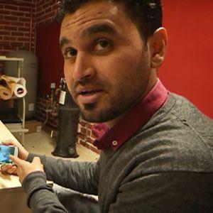 Suomessa asuva mosulilainen Saad Almosli esittelee videota Irakin väkivaltaisuuksista.
