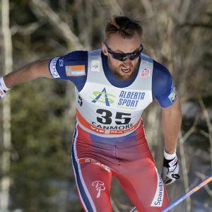 Petter Northug hiihtää.