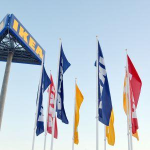 Ikean kyltti ja lippuja.