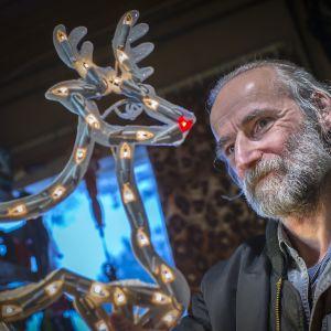 Kaustislainen Matti Myllykangas katselee korjaamaansa jouluvaloporoa.