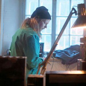 Kalifornia-Keke studiossaan Suomenlinnassa.