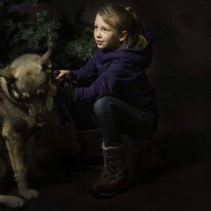 Tyttö koiran kanssa. Muotokuva