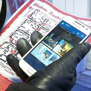 Raahen vanhan kaupungin ikkunajoulukalenterin tarinat voi kuunnella kännykästä.