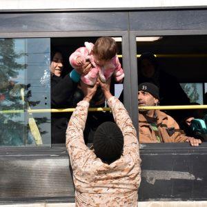 Evakuointibussi Jebrinissä, Syyriassa 19. joulukuuta.