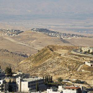 Isawiyan palestiinalaiskylä ja Israelin siirtokunta Almon Itä-Jerusalemissa.