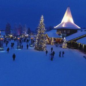 Joulupukin Kammari on yksi kuudesta uuden valaistuksen saaneesta Pajakylän rakennuksesta.
