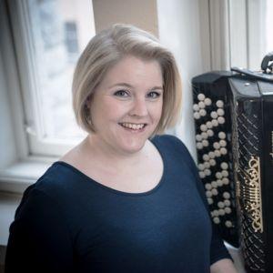 Mari Kätkä ja harmonikka.