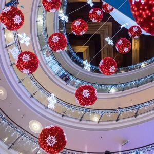 Joulukoristeita riippuu ostoskeskuksen katosta.