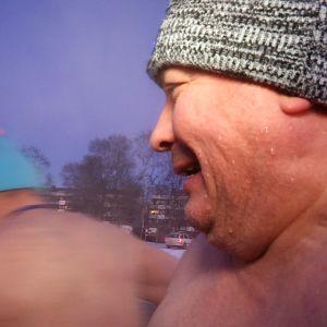 Harri Nousiainen talviuimassa.