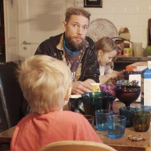 Juha Järvinen ja lapset ruokapöydän äärellä