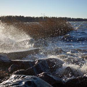 Aallokko lyö rantaan.
