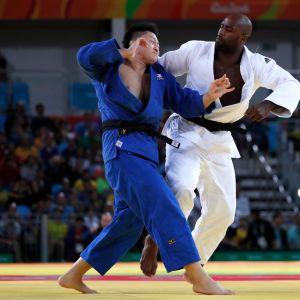 Teddy Rinerin otteeseen on joutunut Rion olympiafinaalissa Japanin Hisayoshi Harasawa