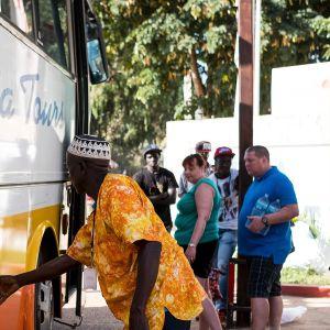 Turistit pyrkivät lähtemään Gambiasta 18. tammikuuta 2017.