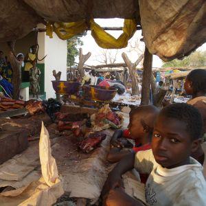 Lihaa leikataan gambialaisilla markkinoilla.