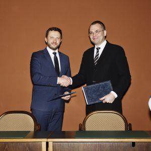 Viron puolustusministeri Margus Tsahkna (vas.) ja Suomen puolustusministeri Jussi Niinistö puolustusyhteistyötä koskevan puitejärjestelyn uudistamistamista koskevassa allekirjoitustilaisuudessa Helsingissä 18. tammikuuta 2017.