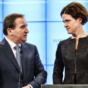 Stefan Löfven ja Anna Kinberg Batra katsovat toisiaan lehdistötilaisuudessa Tukholmassa joulukuussa 2014.