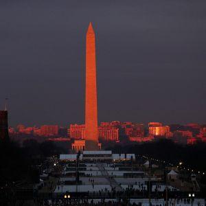 Washington-monumentti aamuauringon valaisemana 20. tammikuuta.