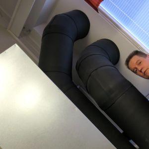 Mies säätämässä ilmanvaihtokojetta