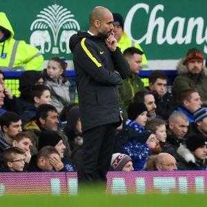 City-valmentaja Pep Guardiola mietteliäänä Everton-tappion jälkeen.