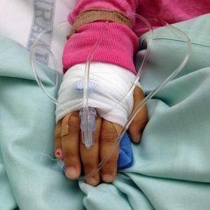 Tytön käsi sairaalan letkuissa