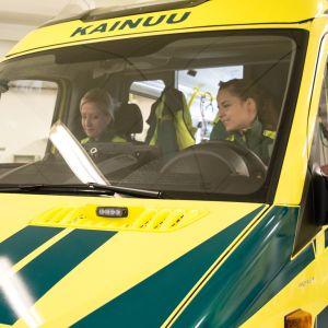 Ensihoitajat lähtevät ambulanssilla.