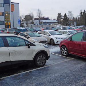 Kuvassa autoja keskussairaalan parkkipaikalla