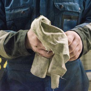 Mies putsaa käsiään.
