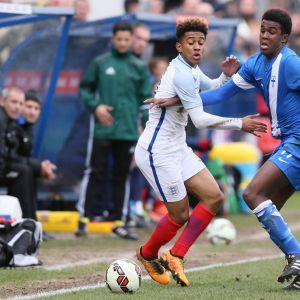 Abukar Mohamed (oik.) pallon tavoittelussa Englannin Martell Taylor-Crossdalen kanssa alle 17-vuotiaiden EM-kisoissa 2016.
