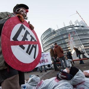 Euroopan parlamentti  hyväksyi Ceta-sopimuksen täysistunnossaan keskiviikkona.