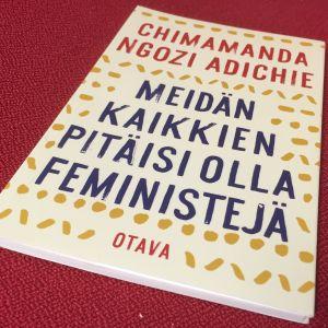 Chimanda Ngozi Adichien kirja feminismistä.