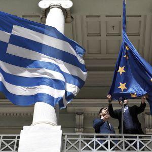 Kreikan ja EU:n lippuja avataan Kreikan ulkoministeriön edustalla maaliskuussa 2016.