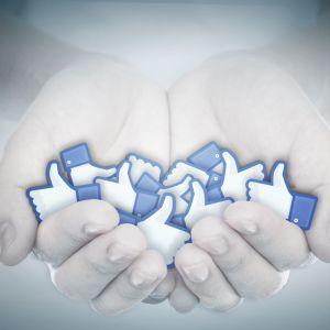 Kuva, jossa Facebook-tykkäyksiä kämmenellä.
