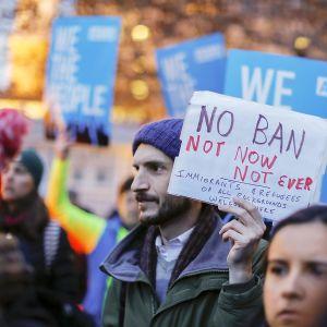Ihmiset osoittivat mieltään maahantulokieltoa vastaan Lafayette-puistossa Valkoisen talon lähellä, 6. maaliskuuta.