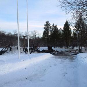 Luontotupa sijaitsee Nelostien varrella Utsjoen kylän keskustassa. Nyt paikalla on vain rauniot.