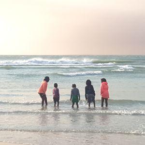 lapsia rannalla