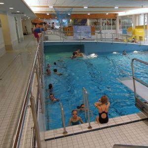 Lohjan uimahalli Neidonkeidas on täynnä asiakkaita aamusta iltaan.