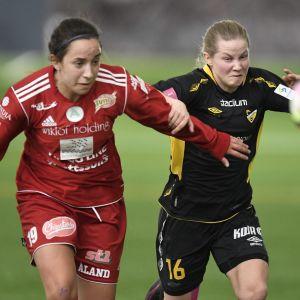 Åland Unitedin Bri Campos (vas.) ja Hongan Anna Vlasoff jalkapallon Naisten Liigan kauden avauskierroksen ottelussa Honka - Åland United Espoossa lauantaina 18. maaliskuuta 2017.