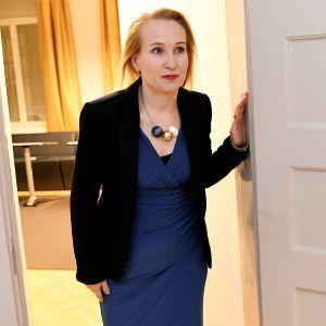 Valtakunnansovittelija Minna Helle valtakunnansovittelijan toimistolla Helsingissä.