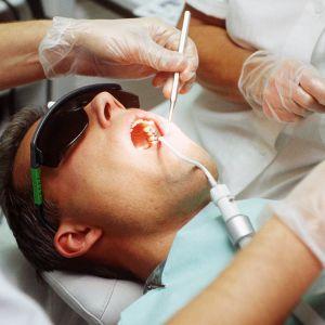 Potilas hammaslääkärin vastaanotolla.