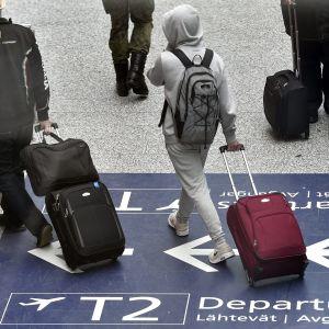 Matkustajia Helsinki-Vantaan lentoasemalla Vantaalla.