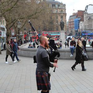 Katumuusikko soitti torstaina Lontoossa.