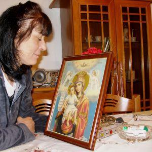 Ateenalainen Dora Siarmali hiljentyy päivittäin liikenneonnettomuuksissa menettämiensä sukulaisten muistolle.